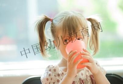 可爱小孩喝水头像