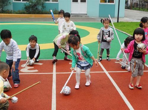 许多小朋友跳绳简笔画
