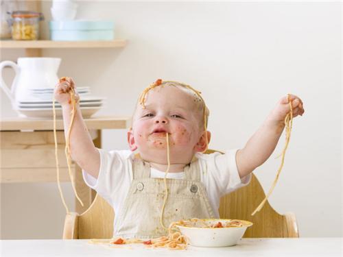 """手真干净"""";     2,开展值日工作,鼓励幼儿发餐盘,摆放勺子,帮助小朋友"""