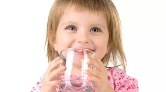 亲子教育——担心孩子在幼儿园喝水不够?班主任有话说